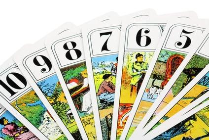 cartes de tarot sur fond blanc